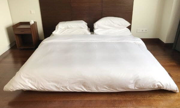 ジャカルタの家で子供の転落防止の為マットレスを直に置いた寝室の写真