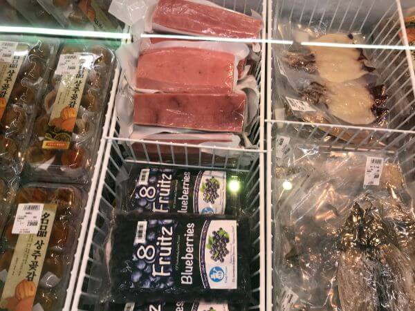 冷凍マグロの冷凍ブルーベリーの写真