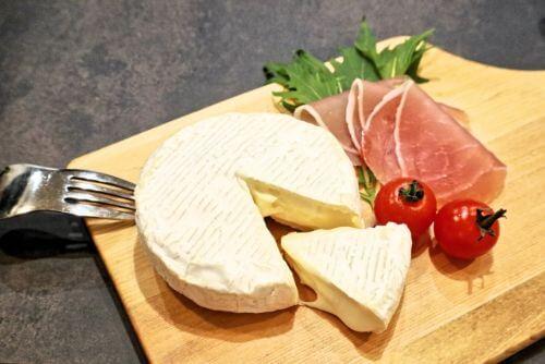 カマンベールチーズと生ハムの写真